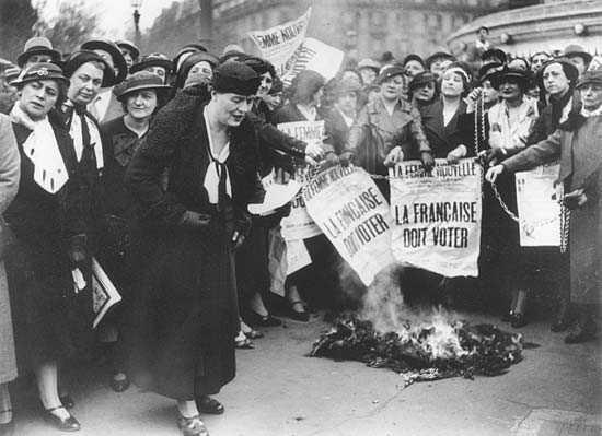Mai 1935. Les suffragettes manifestent sous la conduite de Louise Weiss